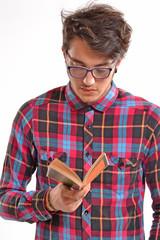 Joven intelectual estudiante, leyendo un libro.