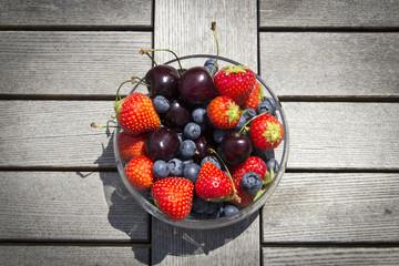 Obstschale; Erdbeeren, Heidelbeeren, Kirschen aus dem Garten