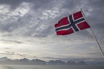 Lofoteninsel und norwegische Flagge