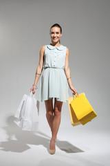 Dziewczyna z torbami zakupowymi