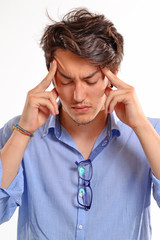 Dolor de cabeza de un hombre joven preocupado.
