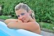 Giovane ragazza bionda con occhi azzurri
