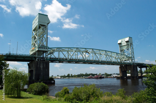 Foto Spatwand Rivier Cape Fear Memorial Bridge Wilmington, NC USA July 20, 2014
