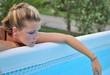 Ragazza pensierosa a bordo piscina