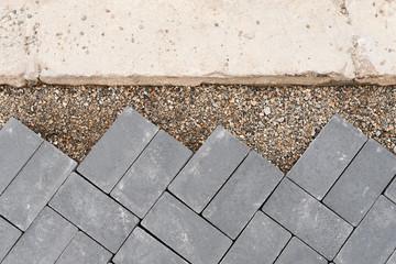 Pflasterarbeiten mit Steinen aus Beton - Anpassung an Bordstein