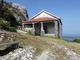 Ermita en la colina