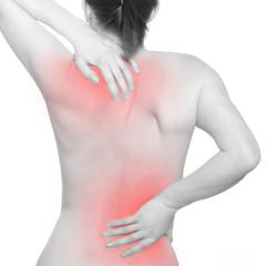 Mädchen leidet an Nacken- und Rückenschmerzen