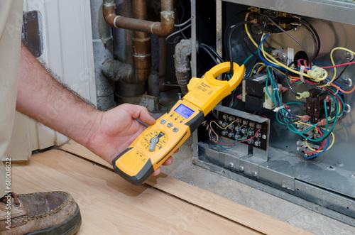 Leinwanddruck Bild Technician checking compressor amps