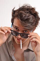 Retrato de un joven fumando.
