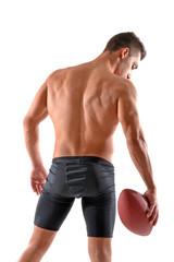 Musculoso jugador de rugby sujetando un balon.