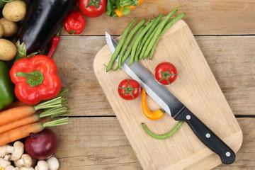 Essen zubereiten Gesicht aus Gemüse auf Küchenbrett
