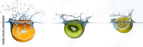 Leinwanddruck Bild verschiedene obstsorten im wasser