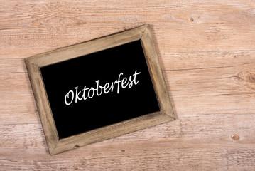 Schwarze Tafel mit Text Oktoberfest