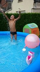 Garçon jouant dans la piscine