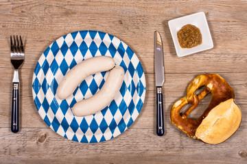 Brotzeit mit Weißwurst, Brezel und Senf