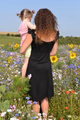câlin au milieu des fleurs