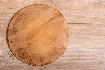 Altes Brett aus Holz auf einem Tisch