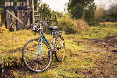 Aluminium Fiets Old bike in the countryside