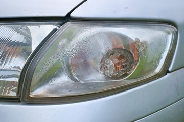 Car crash, the vehicle with a defective blinker