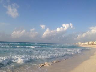 Olas rompiendo en Cancún