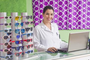 Mujer joven especialista en optica sonriendo