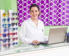 Dependienta oftalmóloga en tienda óptica