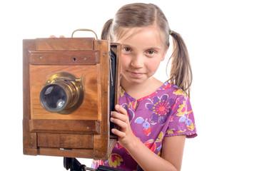 petite fille avec une ancienne camera