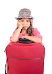 jeune fille avec une valise rouge