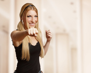 Frau hat Spaß beim Boxen
