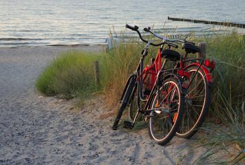 Fahrräder bei Sonnenuntergang am Strand
