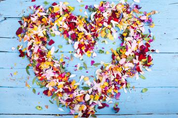 Herz aus bunten Blüten