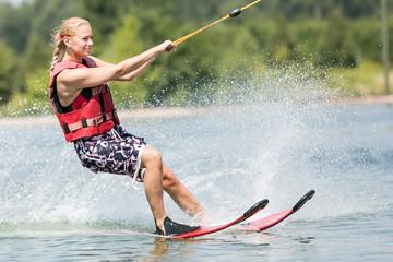 Blonde junge Frau - fit beim Wassersport