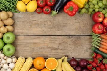 Obst und Gemüse auf Holzbrett mit Textfreiraum