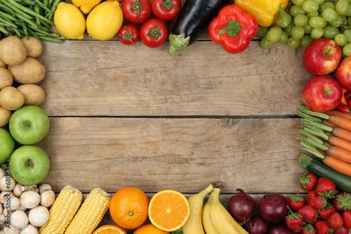 canvas print picture Obst und Gemüse auf Holzbrett mit Textfreiraum