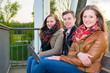 studenten sitzen auf der bank