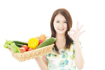 食材を持つ笑顔の女性