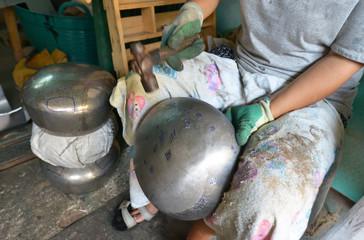Fabricando cuencos para los monjes budistas, Bangkok, Tailandia