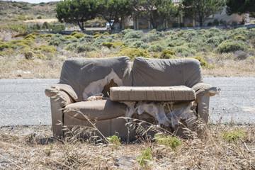 divano lungo la strada