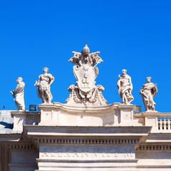 Skulpturen auf den Kolonnaden des Petersplatzes in Rom
