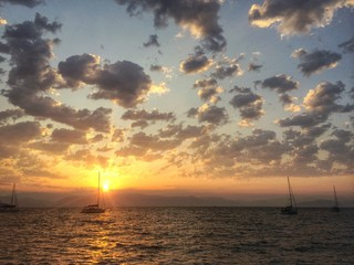 Sonnenaufgang am Meer mit Segelbooten