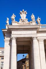 Säulengang am Petersdom in Rom
