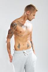 Wytatuowane ciało, seksowny mężczyzna