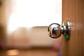 часть деревянная дверь с металлической ручкой