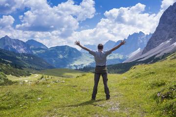 Glücklicher Mann im Gebirge