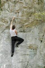 Klettersportler an Naturfels