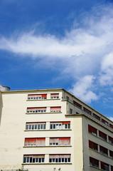 Immeuble clair en coin, ciel bleu