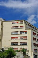Immeuble en coin, ciel bleu