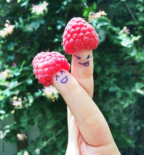 canvas print picture Himbeeren am Finger