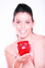 Frau mit rotem Sparschwein