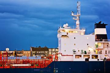 Schiff und Wohnhäuser – Bremerhaven
